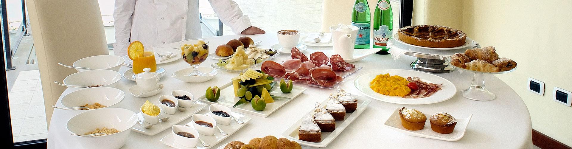 Un ricco buffet per la piccola colazione